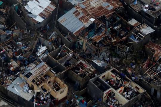 Người dân Haiti chứng kiến những ngôi nhà bị bão tàn phá. Ảnh: REUTERS