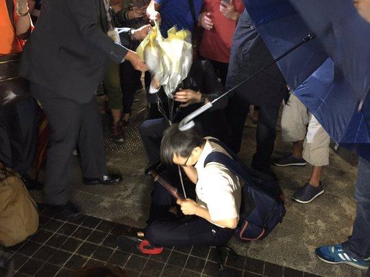 Hàng trăm người đứng bên ngoài tòa nhà Hội đồng lập pháp (LegCo) Ảnh: SCMP
