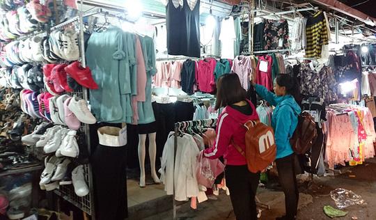 Giá quần áo, giày dép ở đây đều rẻ. Như áo khoác mùa đông có giá từ 100.000- 200.000 đồng/chiếc.