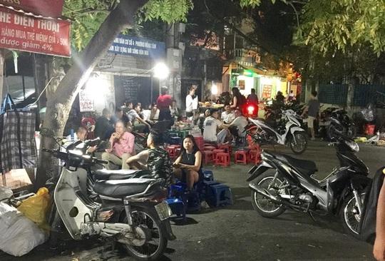 Một góc con phố tấp nập người dừng xe ăn xiên nướng tự chọn