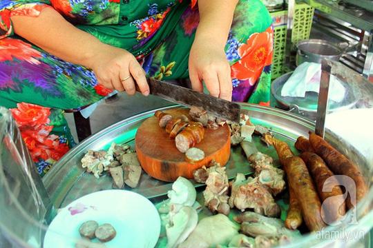 Lòng và thịt heo cũng được mua ngay tại lò để mềm và tươi.