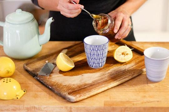 Công thức pha nước chanh mật ong: Một ly nước ấm khoảng 500 ml pha cùng 1 thìa mật ong và 1 thìa nước cốt chanh.