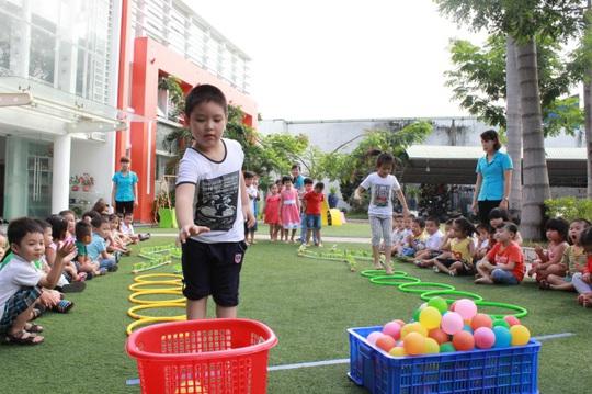 Sân chơi trải thảm rộng rãi, an toàn cho các bé thỏa sức vui chơi