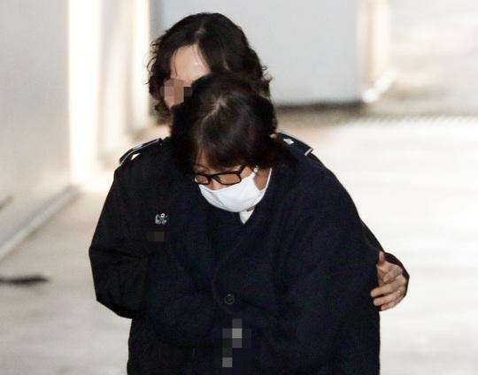 Bà Choi Soon-sil đến tòa án ở Seoul ngày 3-11. Ảnh: YONHAP