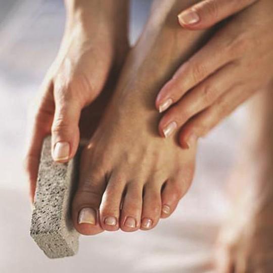 Chà da chân bằng đá bọt - ẢNH: HEALTH