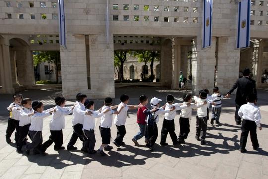 Ngay từ nhỏ những đứa trẻ Do Thái đã được dạy phải biết đoàn kết và giúp đỡ những người xung quanh.