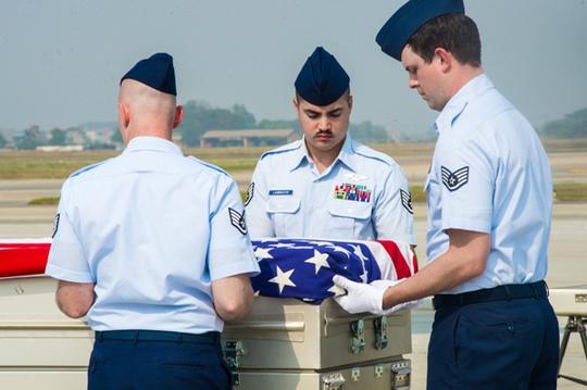 Đội quân danh dự của quân đội Mỹ đưa các bộ hài cốt lên máy bay của Không lực Mỹ để chuyển về Mỹ - Ảnh: Đại sứ quán Mỹ