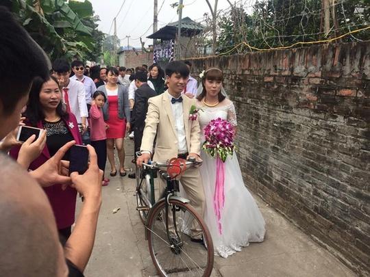 Nhiều lời khen ngợi dành cho cặp đôi sử dụng xe đạp cũ làm phương tiện rước dâu