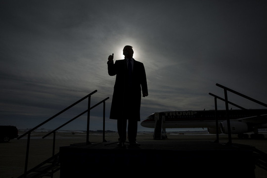 Tổng thống Mỹ đắc cử Donald Trump phát biểu tại sân bay Dubuque, bang Iowa vào ngày 30-1-2016. Ảnh: New York Times.