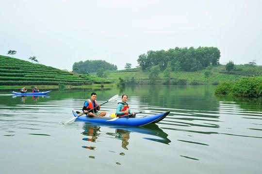 Đi thuyền là cách duy nhất để đến với các đảo chè. Và với nhiều du khách phương tiện này thậm chí còn mang đến cảm giác thích thú, hứng khởi (Ảnh: Minh Móm Mém).
