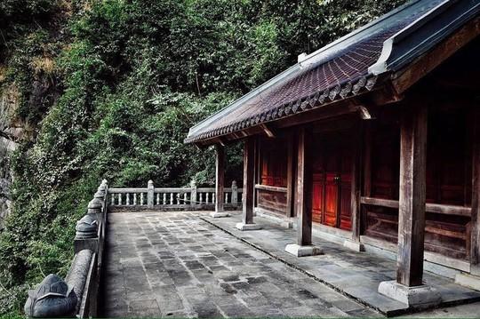 """Ngôi chùa Am Tiên cổ kính nằm lặng lẽ trong """"Tuyệt Tình Cốc"""". Đây là nơi những năm cuối cuộc đời, Thái hậu Dương Vân Nga xuất gia tu hành."""