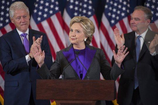 Bà Hillary Clinton phát biểu sau khi thất bại trong cuộc bầu cử. Ảnh: New York Times
