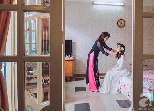 Cô dâu Trang khi ấy đang được mẹ dặn dò