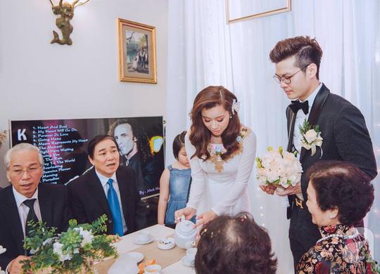 Cặp đôi mời trà ông bà, bố mẹ và họ hàng hai bên