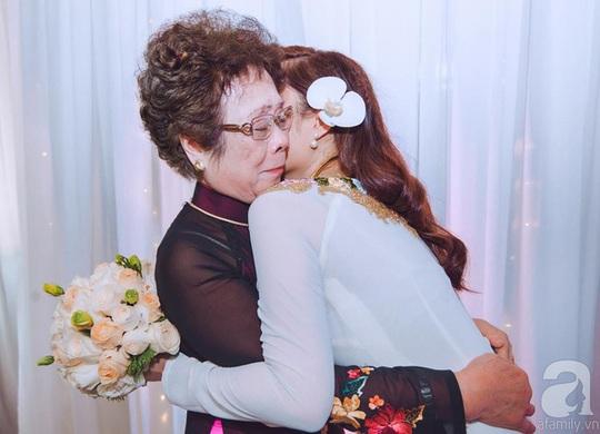 Bà ngoại rưng rưng xúc động khi tiễn cháu gái về nhà chồng