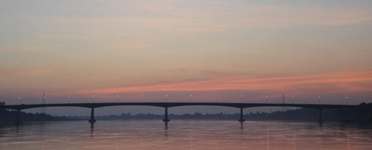 Đến Nong Khai, bạn không nên bỏ qua khoảnh khắc đón hoàng hôn trên dòng Mekong. Cây cầu nối Thái Lan và Lào bắc qua sông cũng đồng thời là mạch giao thông quan trọng giữa Nong Khai và Viêng Chăn. Ảnh: Annetteinbangkok.