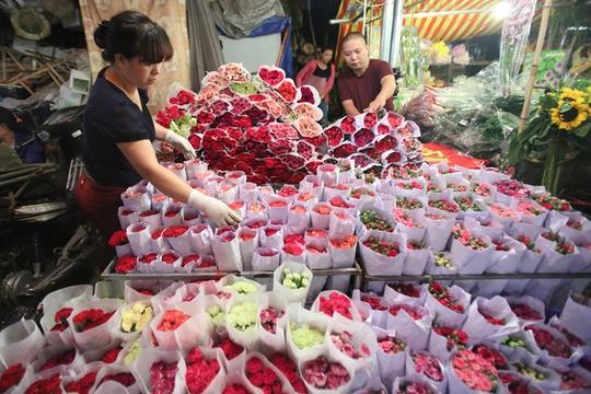 Nhiều loài hoa lan được đóng vào hộp bảo quản trong thùng lạnh từ nước ngoài về cũng có mặt.      Phải có mặt từ tờ mờ sáng thì mới thấy được sự hấp dẫn của chợ hoa Quảng Bá. Hoa ở đây bạt ngàn, đủ các loại như hoa hồng, cúc, thược dược… tươi thắm đủ sắc màu.      Một bó hoa lys tại chợ có giá từ 70.000 đến 200.000 đồng, hoa layơn cũng chỉ từ 40.000 đồng/chục bông.      Người mua hoa thường xuyên là những chủ cửa hàng hoa lớn nhỏ khắp thủ đô, thỉnh thoảng ngày rằm mùng 1 hay ngày lễ 8/3, 20/10 luôn có lượng khách đột xuất đến chợ để ngắm, để kinh doanh thời vụ.      Ngày thường, chợ chỉ họp vào ban đêm. Nhưng những ngày cuối năm, chợ hoạt động cả đêm lẫn ngày bởi lượng người đổ về mua sắm rất đông, đặc biệt là vào ngày 29 và 30 tháng Chạp.      Tiểu thương nhỏ luôn có mặt tại chợ từ rất sớm, nhanh chóng chọn hoa để mang đi tiêu thụ ở các chợ cóc, chợ tạm hay vào các shop hoa lớn.      Những gánh hàng hoa, chiếc xe đạp chọn thời điểm tờ mờ sáng để chất đầy những bó hoa màu sắc để trôi len lỏi trên phố phường Thủ đô.