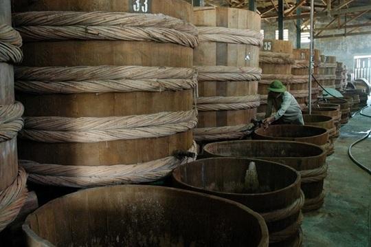 Thùng gỗ hình trụ gọi là thùng lều, cao 2 - 2,5 m, dung tích 2.5-8 m3 là bể chứa phổ biến để muối cá.