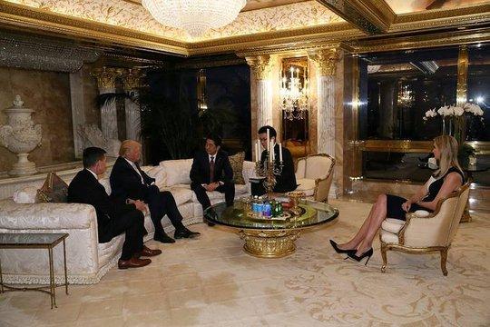 Con gái ông Trump cùng cha đón tiếp Thủ tướng Abe. Ảnh: REUTERS