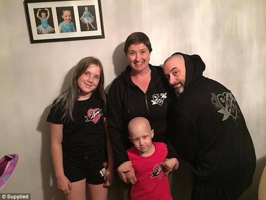 Hayley cùng với gia đình mình: cha Andrew, mẹ Leia và chị gái.