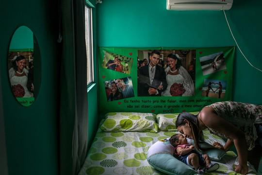 Germana Soares, 24 tuổi , bên cạnh con trai 2 tháng tuổi mắc hội chứng đầu nhỏ do virus Zika vào ngày 31-1-2016. Ảnh: New York Times