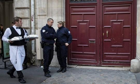 Cảnh sát điều tra đang canh giữ các cổng ra vào khách sạn LHotel de Pourtalès