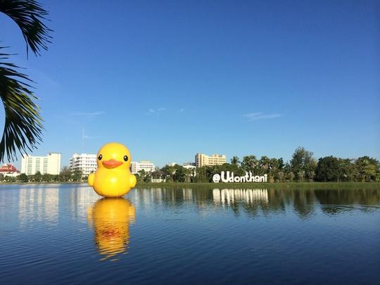 Các du khách đến Udon Thani thường chụp ảnh check-in cùng chú vịt vàng khổng lồ đặt giữa hồ trong trung tâm thành phố. Vào buổi sáng, nơi đây tập trung rất đông người dân đến tập thể dục và hít thở bầu không khí trong lành. Đây cũng là biểu tượng cho lòng mến khách và sự vui vẻ của thành phố này. Ảnh: Vy An.
