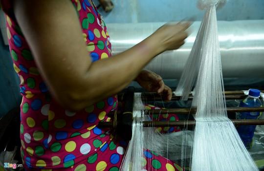 Những năm 1993 trở về sau, vải Bảy Hiền không đủ sức cạnh tranh với vải Trung Quốc, bởi giá thành rẻ, mẫu mã đẹp hơn nên thị phần dần bị thu hẹp khiến ngành dệt chựng lại.