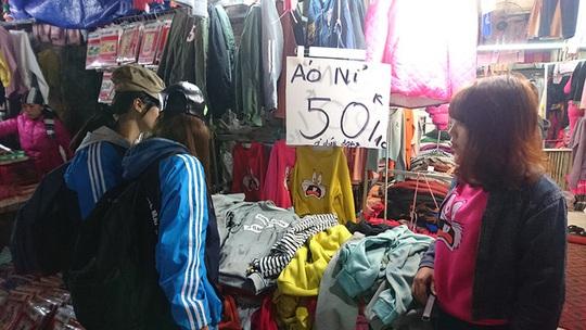 Các cửa hàng đều treo giá bán ở vị trí dễ quan sát để thu hút người mua.