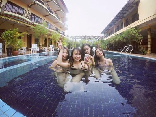 Tận hưởng bể bơi trong khách sạn.
