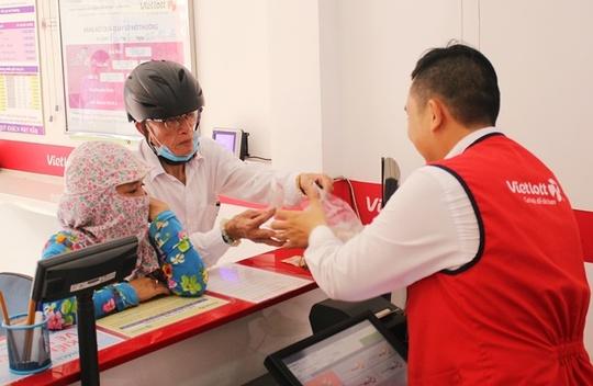 Một cụ già hơn 70 tuổi đến mua vé tại một điểm bán hàng trên đường Trần Phú.