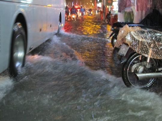 Mỗi lần xe chạy ngang nước tràn vào nhà hai bên đường