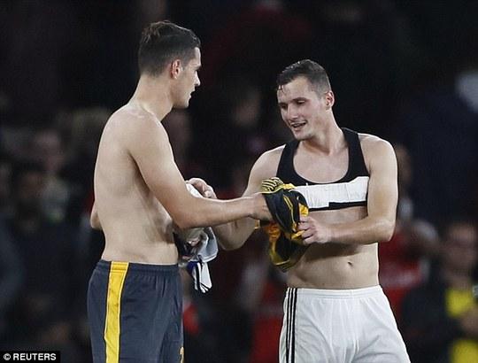 Cả 2 đã đổi áo đấu một cách đầy tình cảm