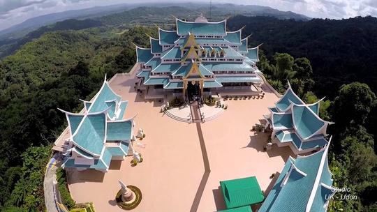 Ở Thái Lan không thiếu những ngôi chùa nổi tiếng nhưng Wat Pa Phu Khon ở Udon Thani vẫn gây ấn tượng với du khách nhờ màu mái xanh nổi bật trên một ngọn đồi. Đây được coi là ngôi chùa đẹp nhất vùng đông bắc. Trong chùa có bức tượng Phật nằm làm bằng đá cẩm thạch trắng Ảnh: Youtube