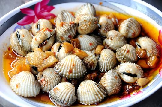 Sò huyết xào tỏi hoặc sò huyết xào bơ cay cũng là món ăn đậm đà và giàu dinh dưỡng. Người sành ăn thường yêu cầu được ăn tái, chính vì thế đầu bếp chỉ xào qua với sốt đã được nêm nếm sẵn.         Ốc cà na là món ăn đòi hỏi sự tỉ mỉ bởi thịt ốc khá ít nhưng lại giòn thơm. Lúc rảnh rỗi, không gì thú vị hơn vừa ngồi tám chuyện với bạn vừa nhể ốc cà na.         Ốc hương sốt phô mai là một sáng tạo của một số đầu bếp tại Sài Gòn. Phần phô mai béo ngậy thơm phức thấm vào thịt ốc hương giòn thơm khiến món ăn trở nên thú vị hơn.         Ốc hương xào lòng đỏ trứng muối đang là món ăn thời thượng của giới trẻ Sài Gòn. Phần lòng đỏ trứng muối bùi bùi bột bột béo béo khiến ốc hương trở thành ngon hơn.         Không chỉ chế biến dạng khô, một số nhà hàng còn đổi vị cho món ốc bằng nồi lẩu. Nước lẩu nấu từ nghêu, xương heo ngọt lịm. Chờ nước sôi bùng lên thì cho hàng chục loại ốc vào sau đó ăn kèm với bông bí, rau muống, cà chua và bún. Chỉ cần một cái lẩu ốc có giá chưa đến 300.000 đồng đã có thể đủ ăn cho cả 4 người.