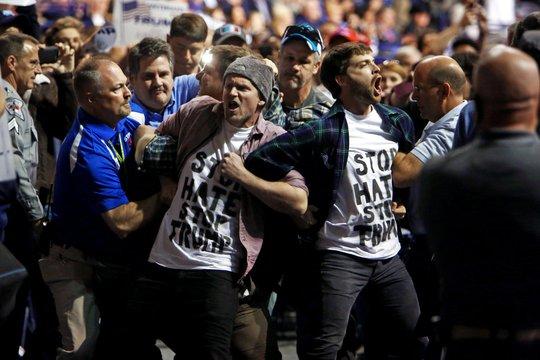 Những người biểu tình được đưa khỏi cuộc vận động tranh cử của ông Donald Trump hôm 9-3. Ảnh: New York Times