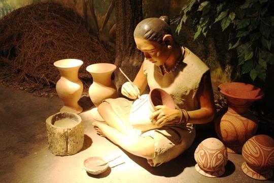 Thái Lan có 7 di sản thế giới được UNESCO công nhận và một trong số đó nằm ở Udon Thani, địa điểm khảo cổ Ban Chiang. Để bảo vệ khu di chỉ đồng thời quảng bá di sản này đến với đông đảo du khách, Thái Lan đã xây dựng một bảo tàng để lưu giữ và trưng bày những cổ vật đã được tìm thấy. Tại đây, du khách sẽ được chiêm ngưỡng những đồ vật có niên đại từ 5.000 năm trước nhưng đã khá công phu. Ảnh: wiki.