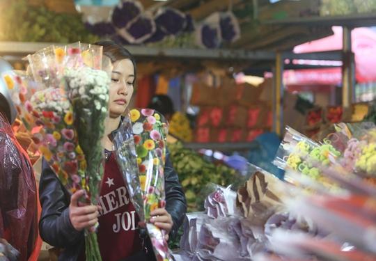 Ngày thường, chợ chỉ họp vào ban đêm. Nhưng những ngày cuối năm, chợ hoạt động cả đêm lẫn ngày bởi lượng người đổ về mua sắm rất đông, đặc biệt là vào ngày 29 và 30 tháng Chạp.      Tiểu thương nhỏ luôn có mặt tại chợ từ rất sớm, nhanh chóng chọn hoa để mang đi tiêu thụ ở các chợ cóc, chợ tạm hay vào các shop hoa lớn.      Những gánh hàng hoa, chiếc xe đạp chọn thời điểm tờ mờ sáng để chất đầy những bó hoa màu sắc để trôi len lỏi trên phố phường Thủ đô.