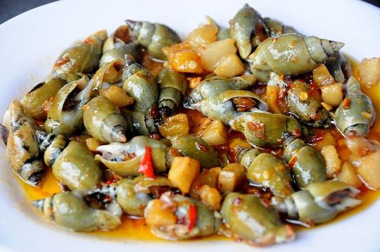 Ốc hương sốt phô mai là một sáng tạo của một số đầu bếp tại Sài Gòn. Phần phô mai béo ngậy thơm phức thấm vào thịt ốc hương giòn thơm khiến món ăn trở nên thú vị hơn.         Ốc hương xào lòng đỏ trứng muối đang là món ăn thời thượng của giới trẻ Sài Gòn. Phần lòng đỏ trứng muối bùi bùi bột bột béo béo khiến ốc hương trở thành ngon hơn.         Không chỉ chế biến dạng khô, một số nhà hàng còn đổi vị cho món ốc bằng nồi lẩu. Nước lẩu nấu từ nghêu, xương heo ngọt lịm. Chờ nước sôi bùng lên thì cho hàng chục loại ốc vào sau đó ăn kèm với bông bí, rau muống, cà chua và bún. Chỉ cần một cái lẩu ốc có giá chưa đến 300.000 đồng đã có thể đủ ăn cho cả 4 người.