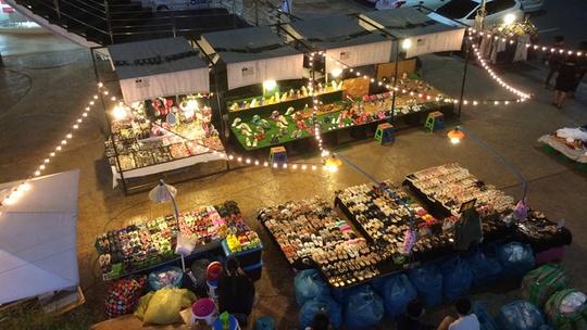 Chợ đêm UD Town là điểm đến sôi động bậc nhất ở thành phố này. Tại đây có hàng ngàn gian hàng bán đồ lưu niệm, quần áo, túi, giày dép và đồ ăn. Rất nhiều bạn trẻ chọn đến đây mua sắm, ăn tối và massage chân sau một buổi khám phá. Ảnh: Vy An.