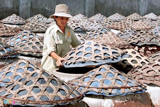 """Để được cấp Giấy Chứng nhận quyền sử dụng chỉ dẫn địa lý """"Phan Thiết"""", các cơ sở sản xuất nước mắm phải được kiểm soát theo quy trình sản xuất một cách nghiêm ngặt từ khâu tiếp nhận nguyên liệu - muối cá - chăm sóc chượp - kéo rút - pha đấu - lắng lọc - đóng chai - vào thùng cho đến khi sản phẩm nước mắm lưu thông trên thị trường, đặc biệt chú trọng đối với các chất phụ gia sử dụng trong quá trình sản xuất phải đảm bảo chất lượng, không làm ảnh hưởng đến chất lượng nước mắm và phải nằm trong danh mục được phép sử dụng của Bộ Y tế."""