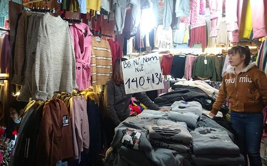 Quần áo nỉ cho có giá chỉ 130.000 - 140.000 đồng/bộ.