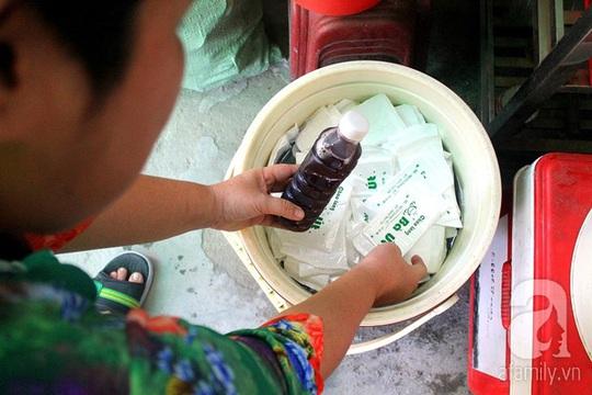 Ngoài ra chị Ngọc còn bán thêm nước sâm, cũng được tự tay chị làm.