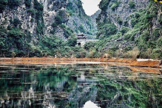 Phần lớn khu vực động Am Tiên là thung lũng ngập nước, được bao bọc xung quanh bởi vách núi đá. Để vào được động, sau khi qua cổng, du khách phải đi xuống một lối đi bên phía tay trái, cạnh hồ nước rộng được thả sen, súng, cá rô và rùa.