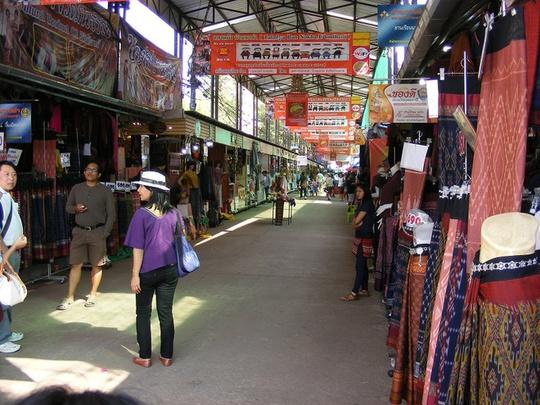 Ban Nakha là chợ bán quần áo, vải vóc đặc trưng của người Thái ở Udon Thani. Ở đây có hàng trăm gian hàng và thu hút lượng lớn khách là nữ đến mua sắm. Ngoài ra, chợ còn có các món đồ trang sức kết hợp với váy và đồ lưu niệm thủ công dành cho du khách.Từ Bangkok, bạn có thể chọn hãng bay giá rẻ Thai Smile (trực thuộc Thai Airways) để đến sân bay quốc tế Udon Thani sau gần một tiếng. Ngoài ra, còn có các chuyến xe bằng đường bộ qua cửa khẩu Lao Bảo (Quảng Trị). Nếu kết hợp đi Lào, bạn có thể chọn bay thẳng đến Viêng Chăn hoặc đi xe qua cửa khẩu Cầu Treo (Hà Tĩnh). Ảnh: Udonthaniattractions.