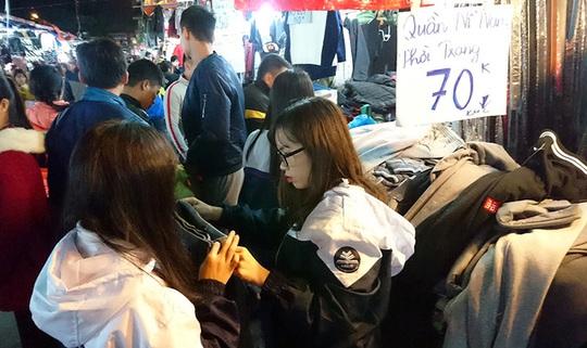 Thiên đường giá rẻ sinh viên đông nghịt người mua quần áo ấm