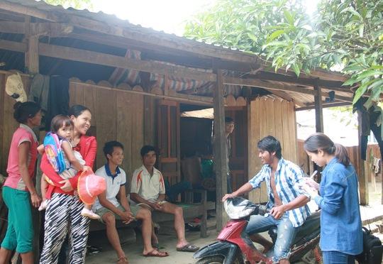 Dân làng A Dinh, xã Chà Vàl, huyện Nam Giang, tỉnh Quảng Nam vui mừng khi thoát chết trở về