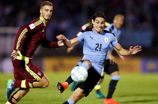Cavani (21) tỏ ra có duyên trong màu áo tuyển Uruguay hơn SuarezẢnh: REUTERS