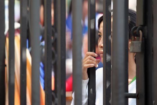 Một phụ huynh chờ con thi kỳ thi THPT quốc gia năm 2016. Ảnh: Hoàng Triều