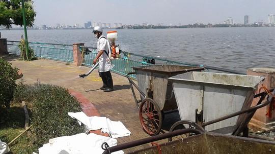 Phun thuốc diệt khuẩn xử lý môi trường quanh Hồ Tây